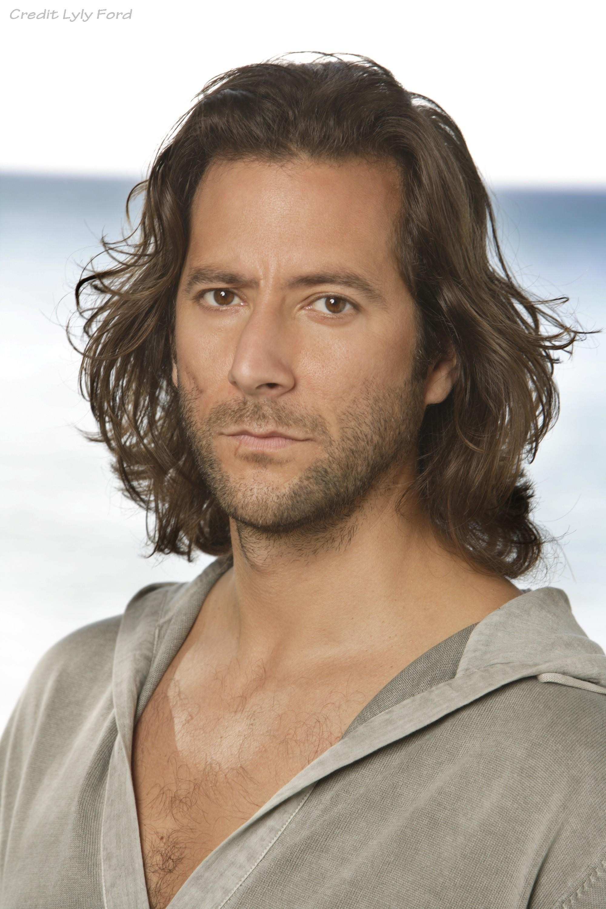 HENRY IAN CUSICK (LOST, THE 100, SCANDAL)  SE UNE A ¨MACGYVER¨